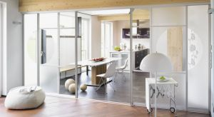 Szklane ścianki z drzwiami przesuwnymi sprawdzą się w niemal każdym mieszkaniu czy domu, niezależnie od metrażu czy stylu aranżacji. Zacierają granice między przestrzeniami lub przeciwnie, zapewniają nam prywatność. Poznajmy 5 powodów, dla kt