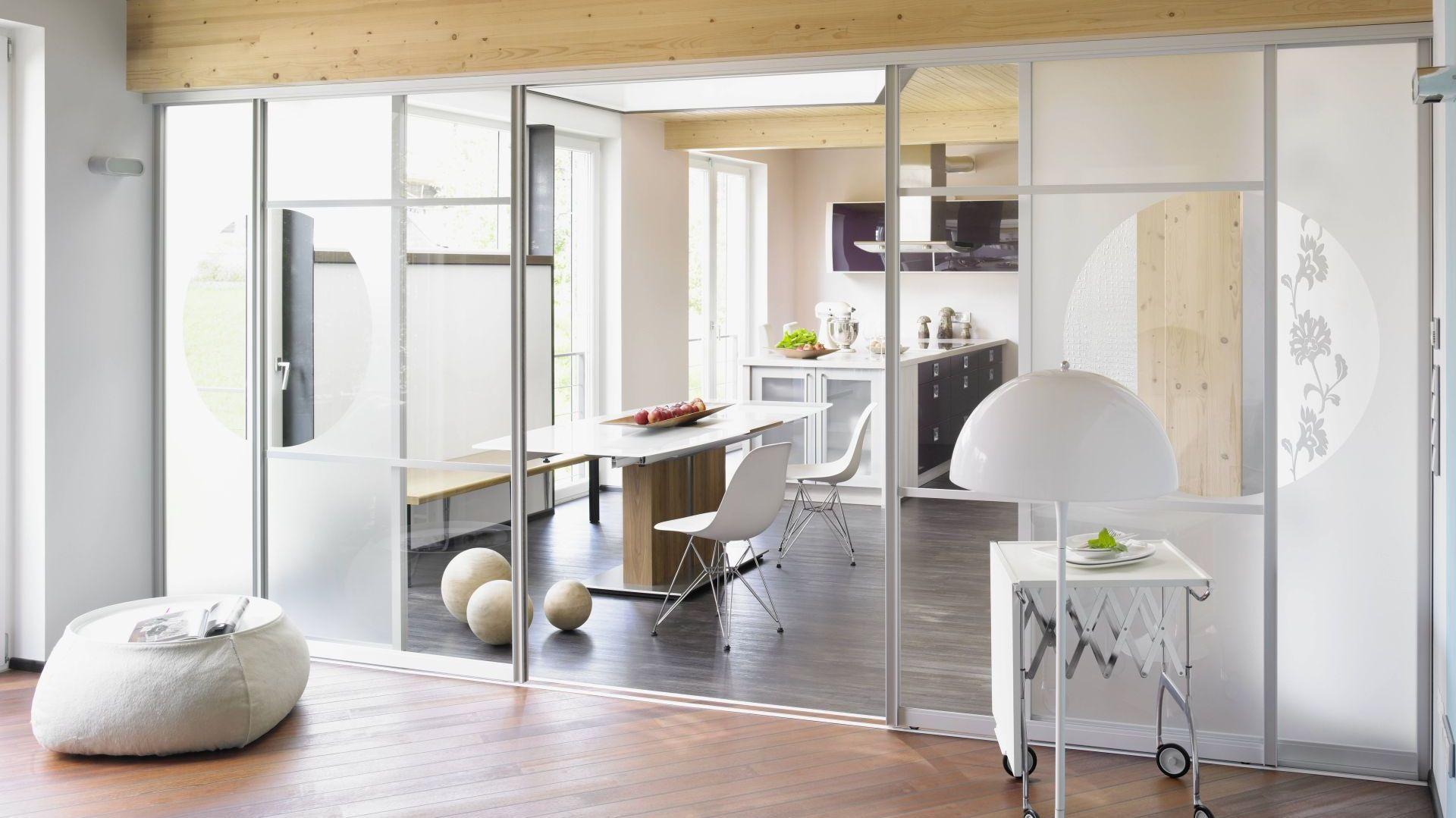 Łącząc salon z sypialnią za pomocą szklanych ścianek z drzwiami przesuwnymi możemy wprowadzić nieco oddechu do poszatkowanego ścianami i niedoświetlonego wnętrza. Fot. Raumplus