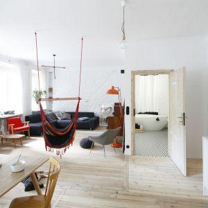 W tym przypadku bielone drewno posłużyło za bazę do stworzenia wnętrza w stylu skandynawskim. Projekt: Maria Biegańska i Ewelina Pik (Modullar). Fot. Bartosz Jarosz