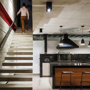 Betonowy sufit i ściany w surowym industrialnym wnętrzu. Proj. wnętrza i fot. Flavio Castro Studio, Brazylia.