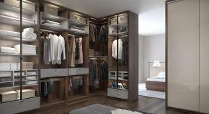 Garderoba w osobnym pomieszczeniu to dobre rozwiązanie dla osób, które przewidują duży metraż budynku oraz nie chcą ograniczać się do szafy w sypialni, ale także dla tych, którzy nawet na niewielkiej przestrzeni cenią sobie komfort i wygodę.