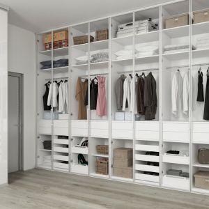 Meble w garderobie możemy pozostawić otwarte lub dobrać do nich fronty. Fot. Komandor