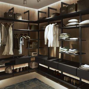 Ciekawym rozwiązaniem może być stworzenie mebli do garderoby z aluminiowych elementów konstrukcyjnych. Fot. Komandor