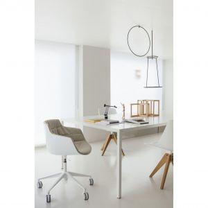 """Nowa wersja krzesła Flow Slim Padded zaprojektowana w 2018 roku przez Jean Marie Massaud dla MDF Italia. Projektant zdefiniował """"naturalny kolor Japonii"""": unikalne połączenie prostoty i wyrafinowania. Fot. ROOMS"""