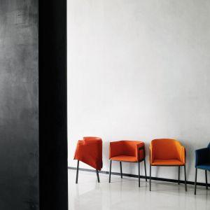 Grace - krzesła o klasycznym kształcie zaprojektowane przez Giopato&Coombes dla Living Divani. Fot. ROOMS