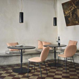 Krzesła Kelly C. zaprojektowane przez Claesson Koivisto Rune dla Tacchini są najlepszym dowodem na to, że wygoda może iść w parze z dobrym designem. Projektant Kelly C. czerpał inspirację z pracy minimalistycznego artysty Ellswortha Kelly'ego, tworząc krzesło o smukłych metalowych nogach i wyściełanej muszli o prostym, liniowym kształcie. Fot. ROOMS
