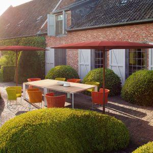 Krzesła Ami stworzone przez Francesco Rota  dla Paola Lenti doskonale łączą wygodę i dobry design. Fot. ROOMS