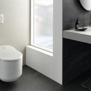 Toaleta myjąca Grohe Sensia Arena z innowacyjnymi funkcjami, takimi jak Skinclean oraz Hygieneclean, podświetlenie nocne, automatyczne podnoszenie deski. Dostępna w ofercie firmy Grohe. Cena: ok. 7.000 zł. Fot. Grohe
