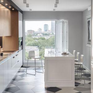 W tej kuchni spotkały się dwa przeciwstawne style: nowoczesny minimalizm i klasyczne retro. Projekt: Zajc Kuchnie. Fot. Tom Kurek