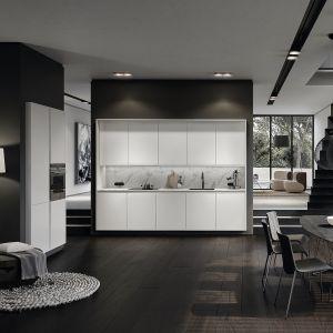 Meble kuchenne z kolekcji Pure to elegancka propozycja aranżacji kuchni otwartej w kształcie litery L. Białe fronty szafek zestawiono z modnym marmurem Carrara. Dostępne w ofercie firmy SieMatic. Fot. SieMatic