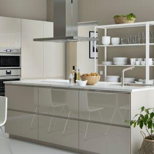 Kuchnia z wyspą z systemu Metod odpowiada indywidualnym potrzebom użytkownika. Wszystko jest tu uporządkowane, a najczęściej używane przedmioty ustawione na otwartych regałach. Do kupienie w IKEA. Fot. IKEA
