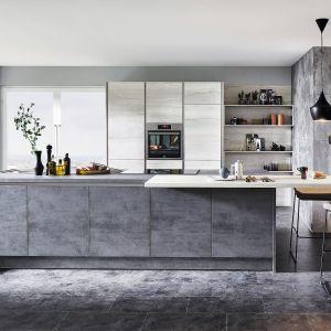 Kuchnia Riva 889 wykończona w laminatach, które wiernie odwzorowują kolor i fakturę naturalnych materiałów. Wzór betonu połączono z jasnym drewnem. Dostępna w ofercie firmy Verle Küchen. Fot. Verle Küchen