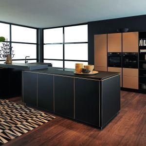 Minimalistyczna kuchnia Flair idealnie sprawdzi się we wnętrzach otwartych. Zabudowę uzupełnia praktyczna wyspa z wykończeniu czarny mat. Dostępna w ofercie firmy Nolte Küchen. Fot. Nolte Küchen