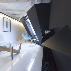 Użycie czarnej farby lub tapety na ścianach pomieszczenia to śmiały zabieg, który gwarantuje, że wnętrze naszego domu nabierze wyjątkowego i nietuzinkowego charakteru. Projekt: Mili Młodzi Ludzie. Fot. Pion Poziom