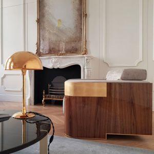 Wnętrze apartamentu przy Wiejskiej nawiązuje do apartamentów w stylu francuskim, zostało jednak przełamane akcentami z lat 30-tych w postaci lamp i mebli projektowanych przez Tarnowski Division. Projekt: Tarnowski Division