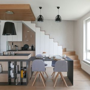 Pomysłowo zaaranżowana kuchnia pod schodami. Projekt i zdjęcie: Aleksandra Pater-Bartnik / ArchOmega Studio