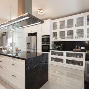 Duża przestrzeń daje możliwość zaaranżowania komfortowej kuchni z wyspą. Projekt: Edyta Wełnicka (Ewem Aranżacja Wnętrz)