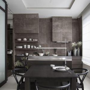 Ciężka, kamienna kuchnia to element dominujący w niewielkim mieszkaniu. Projekt:  Studio.O. organic design. Fot. Aga Kobus