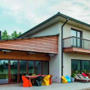 Drewno to świetny sposób na wykończenie elewacji domów utrzymanych nie tylko w rustykalnej, ale i nowoczesnej stylistyce. Na zdjęciu: sosnowe deski elewacyjne marki Thermory. Fot. Thermory/Komplex Market