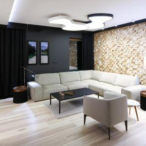 Czarny kolor wydobywa i podkreśla piękno ściany, oryginalnie wykończonej drewnianymi klockami o zróżnicowanej grubości. Projekt: Jan Sikora. Fot. Bartosz Jarosz