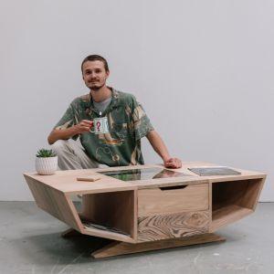 Farrell Livingstone lubi przekształcać naturalne materiały w oryginalne formy. Szukał więc sposobu, jak połączyć kształty znane z lotnictwa i nowoczesnej architektury industrialnej, takiej jak Muzeum Designu w Barcelonie, z naturą. W efekcie powstał stolik kawowy z wysuwanym japońskim ogrodem. Fot. Ben Tynegate