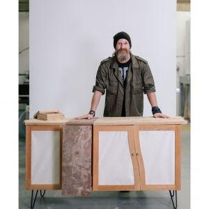 Darren Scott postanowił podejść do projektu z perspektywy architekta i stworzyć kredens, łączący różne materiały. Do czerwonego dębu dodał więc łupek i papier washi, często używany w japońskiej architekturze. Fot. Ben Tynegate