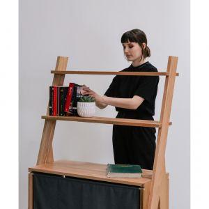 Na pracę Emily Taylor miały wpływ dzieła twórcy ceramiki, Richarda Slee. Regał stworzony przez Emily ma formę sztalug, a szafka z zasłonką pełni rolę podstawy. Fot. Ben Tynegate