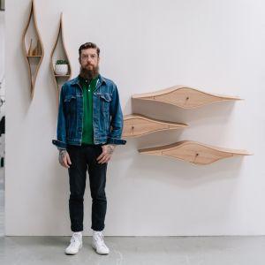 Marcin Waszak, projektując swoje szuflady ścienne, inspirował się falistymi, organicznymi, a często dziwacznymi kształtami, jakie można odnaleźć w architekturze Franka Ghery'ego. Przed wygięciem na parze poszczególnych elementów z czerwonego dębu należało je wcześniej namoczyć. Fot. Ben Tynegate