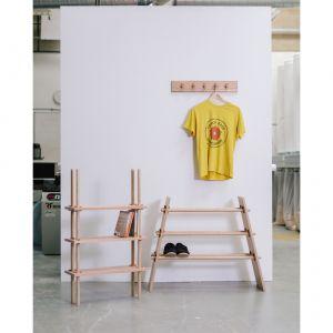 Michael Buick stworzył serię półek inspirowanych japońskim minimalizmem i starą techniką drewnianych łączeń na kołki. Półki zostały wykonane z amerykańskiego czerwonego dębu, dyble z jesionu, a kołki z dębu europejskiego. Fot. Ben Tynegate