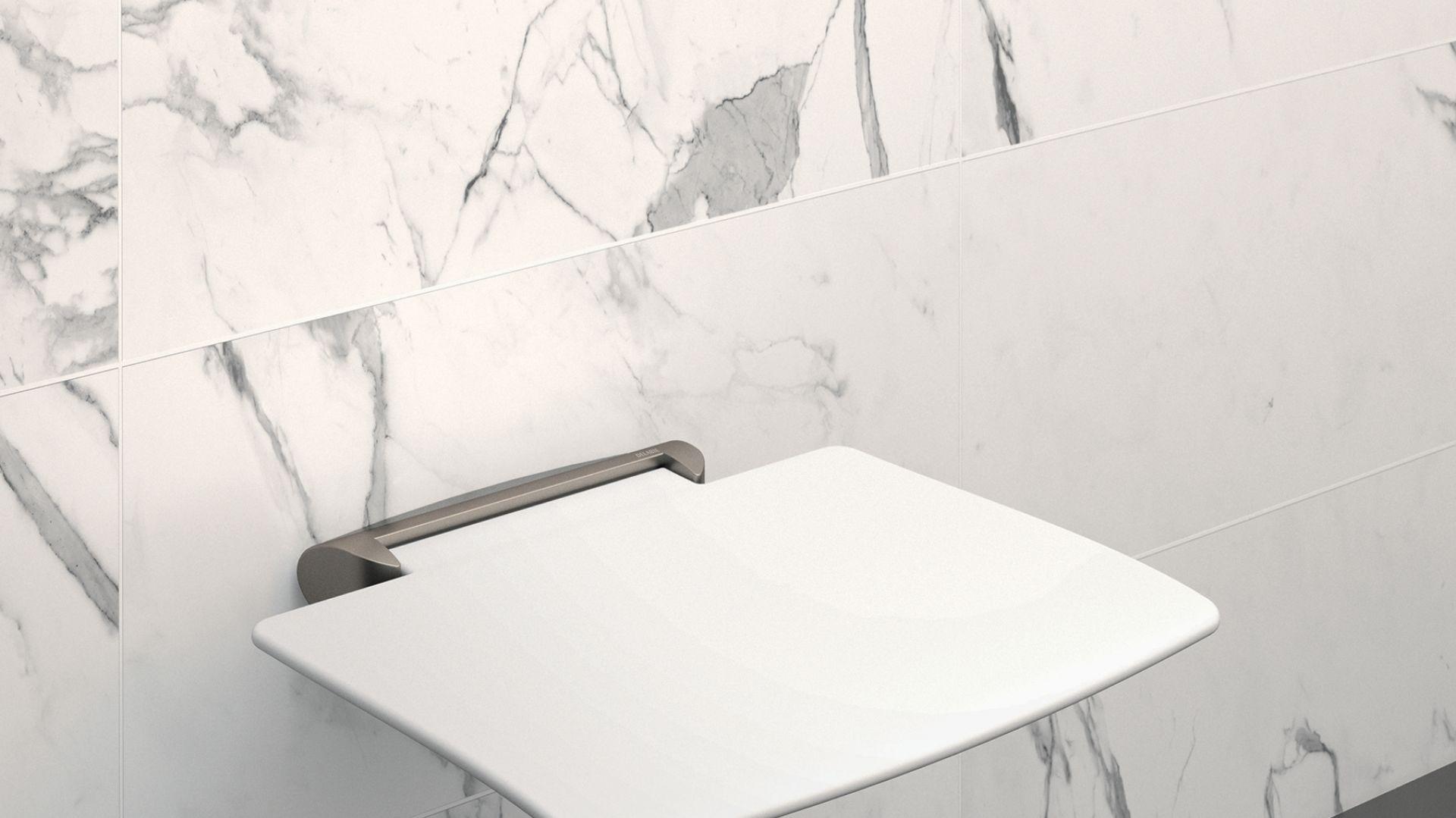 Składane siedzisko natryskowe Be-Line®/Delabie. Produkt zgłoszony do konkursu Dobry Design 2019.