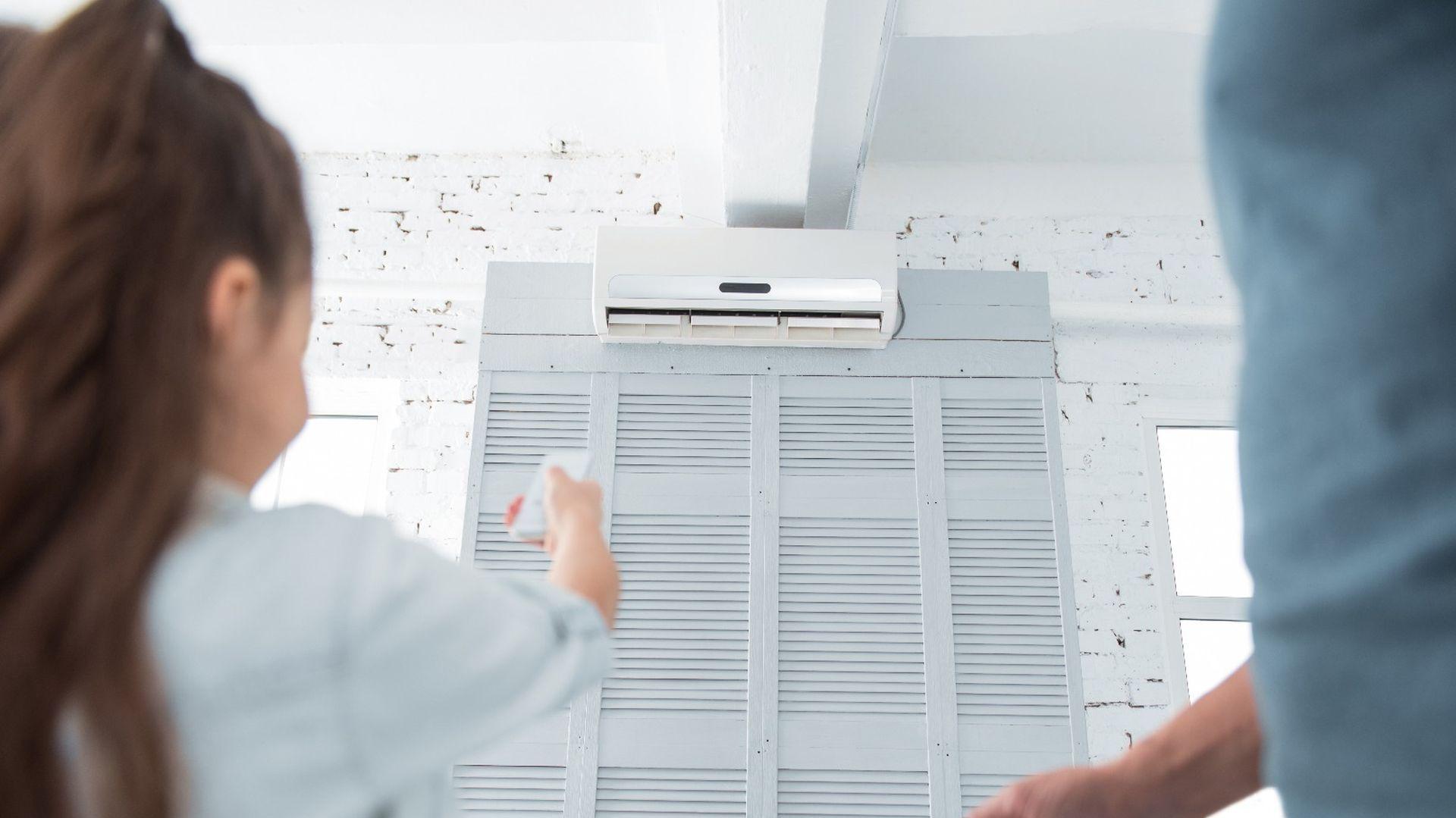 Różnica temperatur wewnątrz i na zewnątrz nie może przekraczać 7°C. Jeżeli w pomieszczeniu przebywają dzieci – wartość ta powinna być zdecydowanie mniejsza. Odpowiedni zakres temperatury w schładzanym mieszkaniu wynosi od 20 do 26°C. Fot. CentroClima