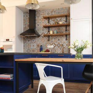 Kuchenne meble w kolorze indygo oraz egzotyczna mazaika na ścianie tworzą klimat wnętrza. Projekt: Anna Krzak. Fot. Bartosz Jarosz