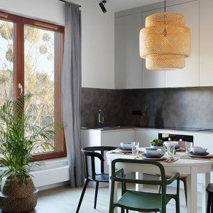 W mieszkaniu dominuje styl skandynawski. Priorytetem aranżacji aneksu kuchennego jest prostota i funkcjonalność. Projekt: studioLOKO. Fot. Karolina Chęcińska