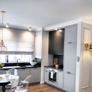 Klasyczna szara zabudowa w kuchni koresponduje z wystrojem części dziennej, utrzymanej w stylistyce glamour. Projekt: Marta Piórkowska-Paluch. Zdjęcia: Mariusz Murawski