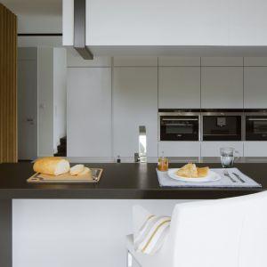 W przestronnych, minimalistycznie zaaranżowanych kuchniach niepodzielnie rządzi mat. Projekt: Monika i Adam Bronikowscy (Hola Design). Fot. Bartosz Jarosz