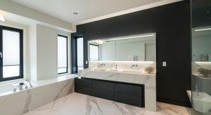 Spieki kwarcowe to materiał odporny na wodę, wilgoć, zmiany temperatur, pleśń i grzyby. Dzięki temu doskonale sprawdzi się w łazience. A do tego pięknie się prezentuje.