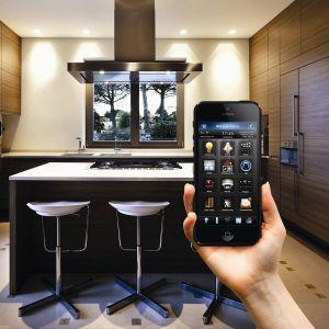 Mózgiem inteligentnego domu jest centrala. Na zdjęciu: Home Center 2 marki Fibaro - dzięki łatwej w konfiguracji aplikacji i przyjaznemu interfejsowi możesz zarządzać swoim domem przy pomocy smartfonu lub tabletu. Prosty kreator wizualny umożliwia szybkie budowanie scen nawet niedoświadczonym użytkownikom. Fot. Fibaro