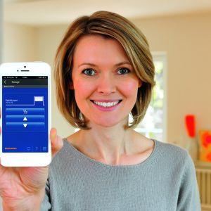 System dwukierunkowego sterowania radiowego BiSecur pozwala sterować bramą wjazdową, garażową i drzwiami wejściowymi oraz monitorować ich położenie nie tylko za pomocą pilota z każdego miejsca w zasięgu sieci domowej, ale także - dzięki specjalnej aplikacji BiSecur i bramce Gateway - za pomocą smartfona czy tabletu - z dowolnego miejsca na świecie. Fot. Hormann