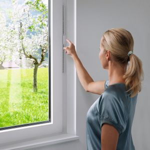Nowoczesne okna także mogą być elementami systemu domu inteligentnego. System I-tec Zacienienie w oknie KV 440 marki Internorm polega na zainstalowaniu żaluzji między szybami, która jest zasilana energią pozyskaną z modułu fotowoltaicznego, który znajduje się między szybami na górnej krawędzi skrzydła. Okno nie potrzebuje zasilania zewnętrznego, a przy tym wygląd okna nie jest niczym zaburzony. Żaluzją można sterować za pomocą tableta, smartfona. Fot. Internorm