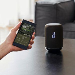 LF-S50G to pierwszy bezprzewodowy głośnik Sony z wbudowanym asystentem Google. Urządzenie emituje dźwięk we wszystkich kierunkach (360°). Funkcja obsługi gestami umożliwia nastawianie głośności i zmienianie utworów bez dotykania głośnika: wystarczy skinąć ręką. Głośnik jest też odporny na zachlapanie wodą, co pozwala na użycie go na przykład w kuchni. Fot. Sony