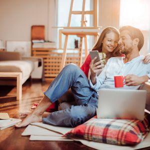 Urządzenia spod znaku domu inteligentnego umożliwiają nam  zarządzanie wieloma funkcjami domu dosłownie jednyma palcem – za pomocą tabletu lub smartfonu. Fot. Yale