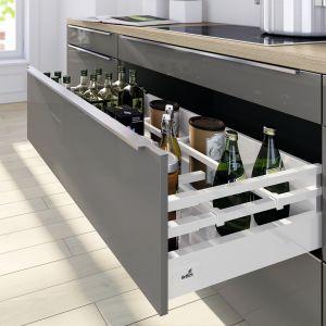 System szuflad InnoTech Atria z podwójnym relingiem, który skutecznie stabilizuje wysokie butelki. Fot. Hettich