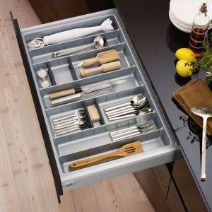 Specjalny organizer na sztućce i drobne akcesoria kuchenne. Fot. Hettich