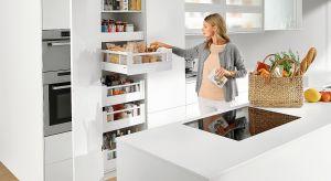 W nowoczesnej kuchni funkcję szafek coraz częściej przejmują szuflady. Są one wystarczająco pojemne i wytrzymałe, aby poradzić sobie nawet z dużymi obciążeniami, a pełen wysuw i łatwy dostęp do zawartości ułatwiają korzystanie z nich.