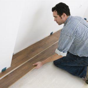 Układanie paneli krok po kroku - ułożenie panela. Fot. Wolfcraft/Lange Łukaszuk