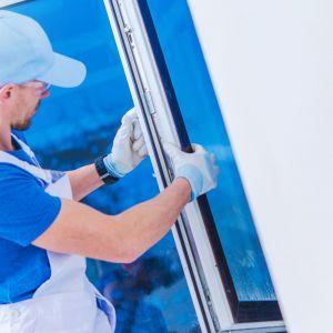 Warto dobrze przygotować się do zakupu odpowiednich okien, bowiem rodzaj wybranego profilu będzie nie tylko wpisywał się w charakter naszego domu lub mieszkania, ale i wymagał podejmowania w przyszłości działań konserwacyjnych. Fot. Budvar Centrum