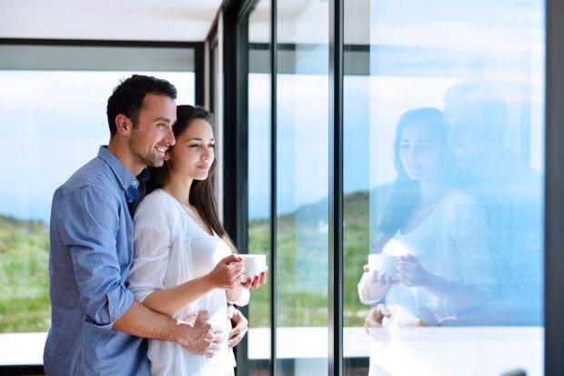 """Okna, to niewątpliwie """"oczy domu"""". To one są łącznikiem świata zewnętrznego z naszą prywatną przestrzenią domową. Planując zakup, możemy wybrać okna wykonane z plastiku, drewna i aluminium."""