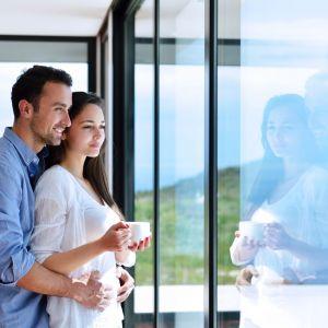 Planując zakup, możemy wybrać okna wykonane z plastiku, drewna i aluminium. Fot. Budvar Centrum