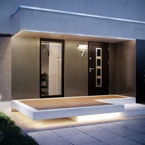 Elegant Inox to nowa linia drewnianych drzwi z kolekcji Elegant. Elegancko wykończone inowocześnie przeszklone, stanowią ozdobę wejścia. Fot. Pol-Skone