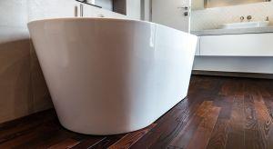 W łazience ważna jest stabilność drewna oraz odporność na kontakt z wodą. Pod uwagę warto wziąć gatunki egzotyczne, np. merbau lub teak.